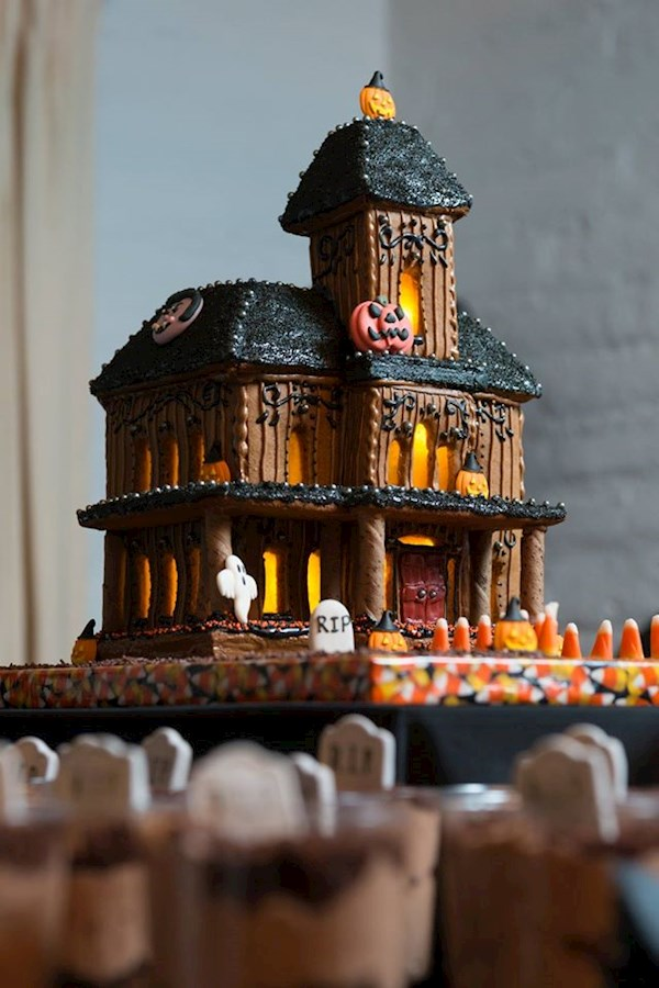 DIY creepy wedding cake | Misfit Wedding