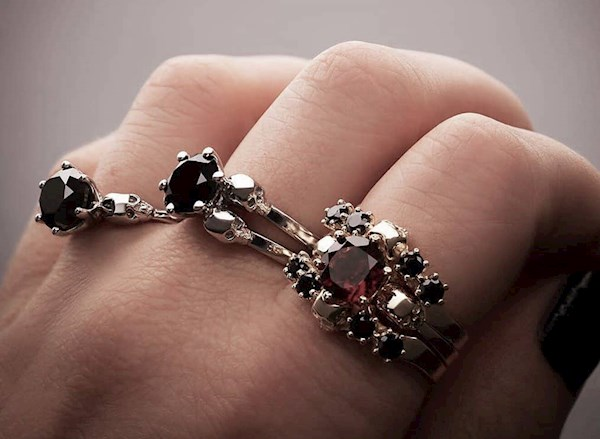 Skull rings by KIPKALINKA | Misfit Wedding