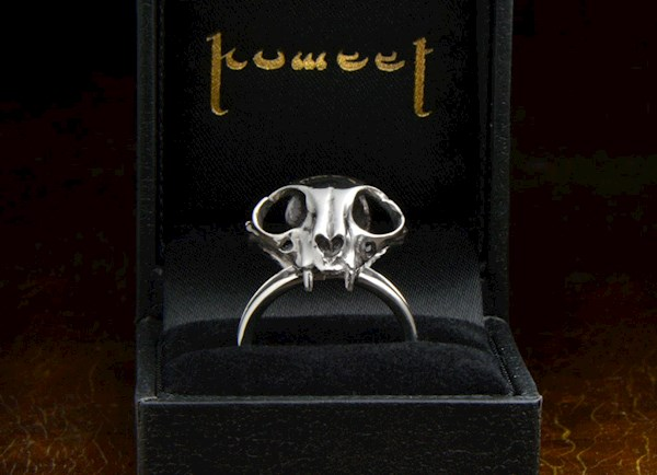 Cat skull ring, macabre jewellery from Komeet Jewelry | Misfit Wedding